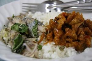 Imagina, logo no café da manhã, mandar peixe mais carne de porco com molho levemente (ou fortemente) apimentado, além de rosquinhas chinesas, arroz e brotos de feijão. Leve, não? Bem-vindo(a) à Tailândia! (Foto: Divulgação)
