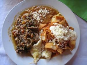 """Arriba! O dia começa quente no México com carne, chilaquiles (também conhecidos por lá como """"cura ressaca""""), nachos, queijo e feijão (Foto: Divulgação)"""
