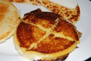 O café da manhã dos colombianos é farto em sabores: costumam sopas, arroz com ovo frito, frutas e pratos típicos como as changuas ou as tradicionais arepas, feitas de milho e que podem ser doces ou salgadas (Foto: licença Wikimedia Commons)