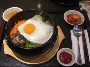 Mas que saudável! O kimchi, prato à base de verduras em conserva misturadas com carne ou outro item sazonal é uma ótima pedida por lá. Geralmente acompanha uma tigela de arroz e outra com uma sopa de legumes (Foto: Divulgação)