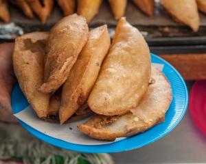 Dentre outras iguarias, as empanadas não podem faltar de jeito nenhum em um bom café da manhã venezuelano. Elas podem levar recheios de queijo fresco, carne moída ou combinações variadas de legumes e feijão. (Foto: licença Wikimedia Commons)