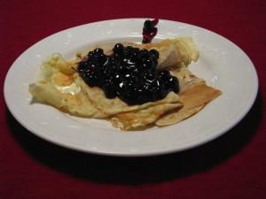 Pannkakor é um prato típico que os suíços comem pela manhã; a iguaria é semelhante a um crepe, servido com recheio doce frutado (Foto: Divulgação)