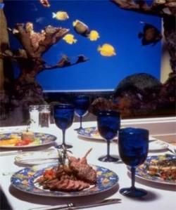 Cercado por um vistoso aquário de água salgada, o ambiente do Maritana Grille não poderia ser mais aconchegante. No cardápio, peixes e frutos do mar frescos (e divinos!), além de outras criações com carnes e massas (Foto: Loews Don Cesar/Divulgação)