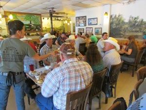 Me senti no interior do Texas no Catfish Place. Pelo menos, no dia em que fui, os cowboys estavam por todos os lados. O restaurante é bem aconchegante e serve um bagre frito delicioso! E a cidade de Saint Cloud (onde fica esse restaurante) é muito graciosa (Foto: Eduardo Oliveira)