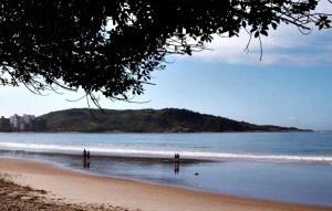 A Praia do Morro, em Guarapari, é um dos destinos mais visitados pelos milhares de turistas que passam pela cidade na alta temporada (Foto: licença Wikimedia Commons)