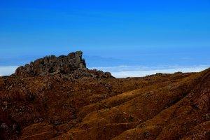 No Pico das Prateleiras, há a opção de ficar na base e apreciar uma bela vista do local ou o visitante pode subir até o cume e se apaixonar ainda mais pelas belezas naturais que o parque exibe sem pudor (Foto: Wikimedia Commons)