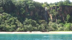 Entre as 25 mais belas do mundo, a Baía do Sancho reina absoluta; praia conserva a vegetação nativa e mantém as águas límpidas e relaxantes (Foto: licença Wikimedia Commons)