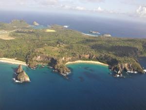 Morro Dois Irmãos, Baía do Sancho, dos Porcos, dos Golfinhos... O chamado Mar de Dentro de Noronha é apaixonante (Foto: licença Wikimedia Commons)