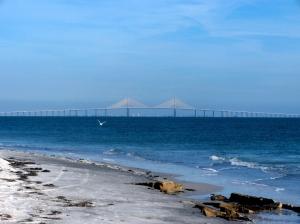 Cenário intocável: toda a beleza e a tranquilidade de Fort de Soto com direito à vista privilegiada da Sunshine Skyway Bridge, ponte que liga St. Pete à Tampa (Foto: licença Wikimedia Commons)