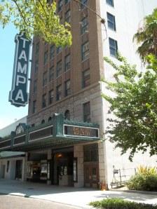 Em meio aos modernos arranha-céus do centro da cidade, o Teatro de Tampa - que faz parte do Registro Nacional de Lugares Históricos dos Estados Unidos-  se destaca com sua arquitetura da década de 1920