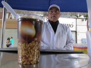 A tradicional bebida mote con huesillos, vendida aos montes no centro da cidade, leva chá, grãos de trigo cozidos e pêssego; é uma verdadeira refeição (Foto: Eduardo Oliveira)