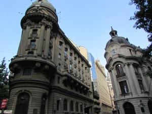 À esquerda, a fachada da Bolsa do Comércio de Santiago, a principal bolsa de valores do Chile (Foto: Eduardo Oliveira)